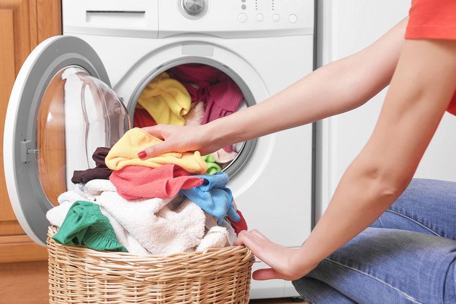 10 مورد از بایدها و نبایدهای شستن لباس در لباسشویی